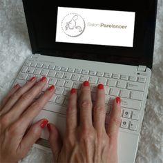 Mooi verzorgde handen en nagels tijdens je werkzaamheden op kantoor, maar je vindt lange nagels onhandig. Kies dan voor een kleurtje van Shellac (=versteviging), of een transparante versteviging. Informeer naar de mogelijkheden via www.salonparelsnoer.nl