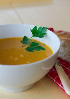 """<p>Weil es so schön war und ich Suppen einfach liebe, direkt noch mal eine. Diesmal mit Linsen. Aber kein """"gewöhnlicher"""" Linseneintopf mit Speck und Würstchen, sondern eine sehr feine Suppe aus roten Linsen. Außerdem muss man die Außentemperaturen von unter 20° ja auch noch ausnutzen. Wenn es zu warm ist …</p><div class=""""printfriendly pf-alignleft""""><a href=""""http://www.printfriendly.com/print?url=http%3A%2F%2Fgekleckert.de%2F2014%2F03%2Forientalische-linsensuppe%2F"""" ..."""