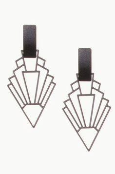 BRINCO METÁLICO FLECHA IPÁCIO Evidencie a beleza do seu look com os acessórios certos! O Brinco Ipácio possui o formato de flecha e dá movimento e modernidade ao visual.