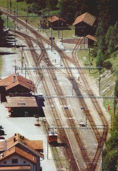 Bahnhof Filisur aufgenommen im August 2002 von der Ruine Greifenstein mit einem Teleobjektiv. Bahnhof noch im Originalzustand vor dem Umbau der Gleisanlagen. Auf Gleis 1 steht noch der heute nicht mehr existierende Te 2/2 71. Hinweis: Eingescanntes Farbfoto.
