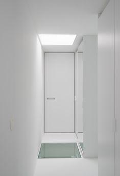 Moderne binnendeuren op maat van Anyway Doors, met ingewerkte handgrepen voorzien van matte plexi voor een leuk accent op de deur.