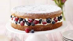 Herrlich simpel: Zwei Tortenböden, Cremefüllung und die Lieblingsbeeren – mehr braucht man nicht für diese geschmackvolle Torte.