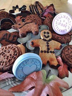 paleo-low-carb-schokoaldenkekse-schoko-cookies-mit-feiner-schokolade-fuer-den-die-advent-und-weihnachtsbaeckerei-ein-low-carb-rezept-zu-weihnachten-cookie-stempel-und-plaetzchenformen