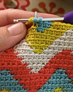 El tapestry en crochet o ganchillo, es una técnica en la que consiste tejer com… The crochet or crochet tapestry is a technique in which it consists of weaving combining several colors. It is to draw with the crochet, a figure as you change color. Tapestry Crochet Patterns, Crochet Motif, Diy Crochet, Crochet Designs, Crochet Stitches, Crochet Clutch, Tunisian Crochet, Crochet Afghans, Crochet Videos