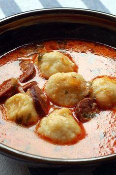 A gombócleves a kedvenc húsmentes levesem. Ja, ebben van libakolbász. Akkor, a kolbászos gombócleves a kedvenc gombóclevesem.Általában kolbász... Croatian Recipes, Hungarian Recipes, Easy Cooking, Cooking Recipes, Easy Healthy Recipes, Easy Meals, Hungarian Cuisine, Food 52, Soups And Stews