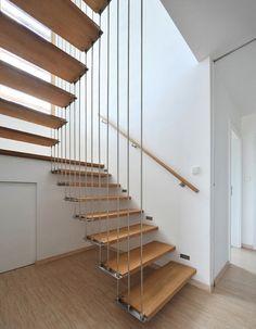Großartige Treppe. Die Aufhängung der Stufen ist gleichzeitig das Geländer. Wirkt so luftig und leicht.