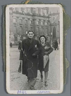 January 1942. A jewish couple at Dam square in Amsterdam. Both are wearing a yellow star on their coats. All jewish citizens were ordered to wear the yellow star starting May 3, 1942. Photo Joods Historisch Museum. #amsterdam #worldwar2 #Dam I Amsterdam, Amsterdam Netherlands, Ww2 Women, Jewish History, World Cultures, Dam Square, Women In History, World War Two, Vintage Photography