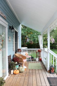 Blue Cottage porch decorated for fall home tour 2017. See that whole fall home tour in this post! #fall #home #tour #porch #decor #falldecor #vintage