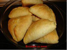 Placinte cu cartofi de post - Bucataria cu noroc Noroc, I Foods, Favorite Recipes, Sweets, Moldova, Bread, Vegan, Dishes, Cooking