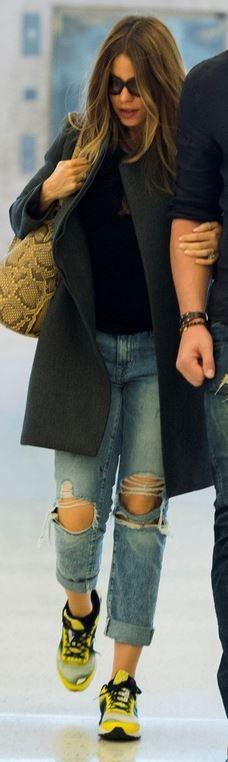 Who made  Sofía Vergara's black sunglasses, yellow sneakers, snake print handbag, and blue ripped jeans?