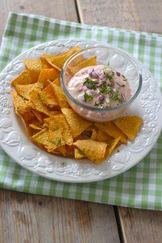 Taco chips met salsa, guacamole, zure room, aioli