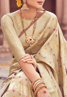 Banarasi silk sarees are Indian sarees made in Varanasi, a city which is also called Benares or Banaras. The sarees are among the finest sarees in India and are known. Silk Saree Blouse Designs, Saree Blouse Patterns, Blouse Neck Designs, Indian Dresses, Indian Outfits, Indian Clothes, Saris Indios, Look Fashion, Bandeau Outfit