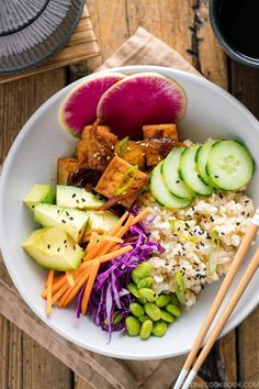 With savory pan-fried tofu, fresh vibrant vegetables, and healthy brown rice, this beautifully crafted Vegan Poke Bowl is healthy, delicious, and super easy to make (ready in 15 minutes!). #vegan #pokebowl #japanesefood | Easy Japanese Recipes at JustOneCookbook.com Deep Fried Tofu, Pan Fried Tofu, Crispy Tofu, Baked Tofu, Tofu Recipes, Healthy Dinner Recipes, Asian Recipes, Vegetarian Recipes, Vegan Meals