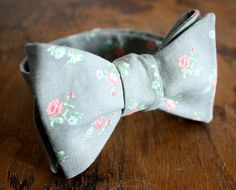 Gray Floral Bow Tie Handmade by Lord Wallington/Men's Bow Tie/Christmas… Sharp Dressed Man, Well Dressed Men, Der Gentleman, Stocking Stuffers For Men, Floral Bow Tie, Art Of Manliness, Groom And Groomsmen, Wedding Suits, Men Dress
