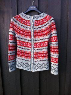 haukelikofta Jeg felte i sidene etter ca 15 cm . To masker. Punto Fair Isle, Tejido Fair Isle, Fair Isle Knitting, Hand Knitting, Knitting Designs, Knitting Projects, Norwegian Knitting, Nordic Sweater, Icelandic Sweaters