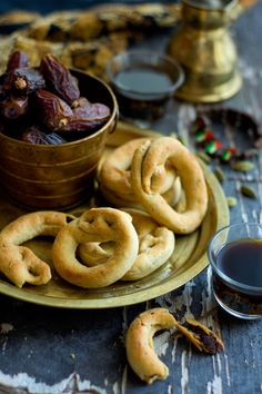 These rustic Palestinian cookies are simply addictive, the crust crackles and cr .These rustic Palestinian cookies are simply addictive, the crust crackles and crumbles revealing the date center, with just the right amount of sweetness Köstliche Desserts, Sweets Recipes, Delicious Desserts, Cooking Recipes, Plated Desserts, Health Desserts, Rice Recipes, Cooking Tips, Arabic Dessert