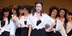 Carmen  Oper von Georges Bizet  Bizet dessen Komposition sich im Spannungsfeld zwischen Liebeshoffnung und Todesmut bewegt hat im Vorfeld des Verismo ein realistisches und musikalisches Meisterwerk geschaffen. Carmen der Zigeunerin einer temperamentvollen Aus- nahmeerscheinung der alle Männer zu Füßen liegen geht ihre Freiheit über alles und dennoch sehnt sie sich nach wahrer Liebe. Ein scheinbar unlösbarer Widerspruch der für alle Beteiligten in die persönliche Katastrophe führt. Vergeblich…
