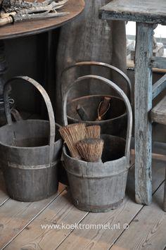 oude emmers met houten hengsel