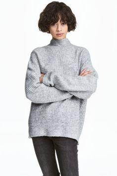 Camisola em malha canelada: Camisola em malha canelada macia com uma percentagem de alpaca. Modelo de corte folgado com meia gola e ombros muito descaídos.