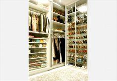 O closet projetado pela designer de interiores Jóia Bérgamo é forrado de vidro. Assim, evita-se que as peças de roupa e os sapatos fiquem empoeirados