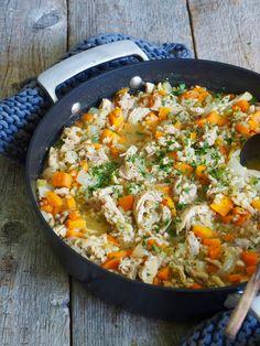 Kyllinggryte med byggryn er en ordentlig deilig hverdagsmiddag. Rask og enkel å lage, og lite oppvask da du kun trenger en gryte. Prøv den!