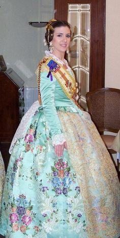Fallas Valencia, traje de fallera / costume ~~ For more:  - ✯ http://www.pinterest.com/PinFantasy/cultura-~-fiestas-y-tradiciones/