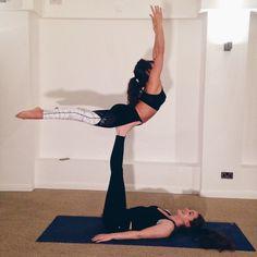Acro Yoga!  Tagge eine Freundin mit der Du diese Pose probieren willst!  ( @sylviasyoga und @londonladybase von @londonladybase)  #yogapose #yogamachtglücklich #FeelGoodFeb