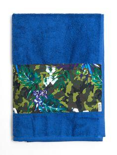 Toalla de algodón azul con franja de tejido de bañador estampada con print de color. Fabricada artesanalmente en Europa. www.soloio.com  #shoponline #beachwear #beachtowel #towel #print #blue #summercollection #summer #print #green #kiwi #camo