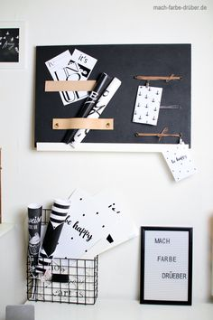 Heut zeig ich euch ein kleines DIY. Ein Memoboard mit Kreidelack und Lederriemen. Zusätzlich hab ich noch 4 Grafiken im Postkartenformat für euch. #DIY #Memoboard #kostenlos #Download Memo Boards, Blog, Poster, Party, Print Templates, Graphics, Deco, Crafting, Blogging