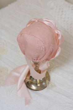 Seda bebé Bonnet sombrero del bebé rosa. por StarlitesChild en Etsy