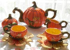 Pumpkin Tea set Would love this for a Halloween tea Pumpkin Tea, Pumpkin Leaves, Fete Halloween, Halloween Week, Happy Halloween, Teapots And Cups, Best Tea, Chocolate Pots, Fall Pumpkins