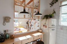 ¡Gol! - AD España, © Neus Casanova De esta casa en Barcelona nos lo pedimos todo (Neus Casanova es una interiorista superlativa), pero nos vamos a fijar en la red colgada en la pared de la cocina, que sirve para colgar fotos, recetas, inspiraciones...