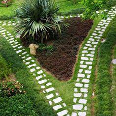 déco de jardin et allée en pierre avec pelouse