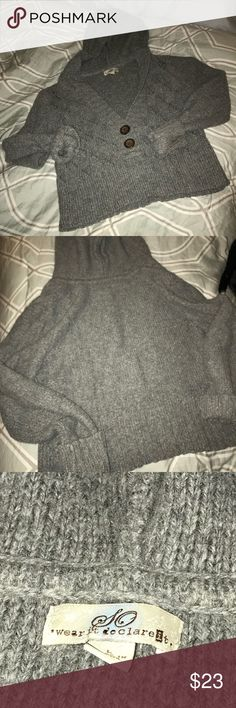 So Crop Hooded Sweater🌹 Very gently pre loved👌🏻lighter heather gray in colr🌷minimal pilling,loose threads very few and far between 🙂 buttons are not scratched~that's the design of them👌🏻V neck💕Approx 18 in shoulder to hem,approx 18 inches across💕So cute layered💋Juniors sizing✌️ Sweaters