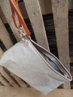 La Busta Small Naturel van Uashmama is een mooie unieke clutch. De tassen zijn allemaal gemaakt van papier, lijkend op leer, wasbaar als stof en oersterk. www.ecozo.nl