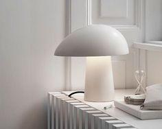 En uformel og hyggelig lampe, der med sit enkelte udtryk vil passe i næsten ethvert hjem. 💡 @lightyearsdk @nicholaiwiig #lampe #boligmagasinet
