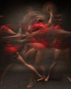 De Amerikaanse portretfotograaf Bill Wadman heeft voor zijn project getiteld Motion dansers in vloeiende beweging weten vast te leggen met lange sluitertijden.