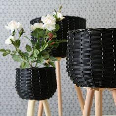 Ghivece impletite cu picioare - set 3 buc Planter Pots, Vase, Candles, Home Decor, Ideas, Products, Plants, Basket, Decoration Home