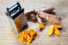 The turmeric leaf is derived from a plant that grows extensively in India, other parts of Southern Asia and Africa. Turmeric is used as a fabric dye and is a common ingredient in Indian cooking. Turmeric Uses, Fresh Turmeric Root, Turmeric Health, Tumeric Benefits, Fresh Ginger, Health Benefits, How To Eat Turmeric, Fresh Tumeric Recipes, Rutabaga Recipes