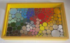 Bandeja em MDF pintado na cor amarela, revestida com azulejos recortados em bolas, fundo em cinza . Mosaico colorido. R$ 70,00