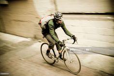 ストックフォト : Bike Messenger in Alley Bike Messenger, Cycling, Bicycle, Men, Art, Biking, Bike, Bicycle Kick, Bicycling
