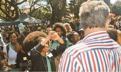 Proibidas de usar black power na escola, meninas fazem protestos