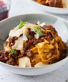 Alfredo csirke: a legfinomabb tejszínes tészta   Street Kitchen Fusilli, Bologna, Gnocchi, Ale, Bacon, Meat, Food, Ale Beer, Essen