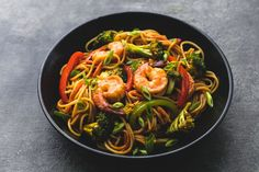 Shrimp 'n Broccoli Lo Mein - Instead of spaghetti use Zoodles or spaghetti squash instead. Sub Brown Sugar Twin for brown sugar also Shrimp Recipes Easy, Fish Recipes, Seafood Recipes, Asian Recipes, Dinner Recipes, Cooking Recipes, Healthy Recipes, Chinese Recipes, Oriental Recipes
