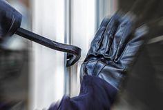 Alle Türen die ins innere eines Hauses oder einer Wohnung führen sollten korrekt gesichert werden. Wir verraten Ihnen 8 Punkte, auf die Sie insbesondere dann achten sollten, wenn Sie sich eine neue Haustür, Terrassentür, Balkontür oder Nebeneingangstür zulegen möchten.   #Einbruchschutz #Einbrecher #Balkontür #Terrassentür # Haustür #Täter  Bildquelle: https://stock.adobe.com/de/stock-photo/ein-unbekannter-einbrecher-hebelt-eine-terrassentur-auf/107456361