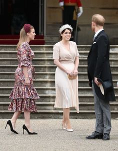 Princess Eugenie and Princess Beatrice of York, Birgitte, Duchess of Gloucester arrive for a Royal Garden Party at Buckingham Palace on May 2019 in London, England. Duchess Of York, Duke And Duchess, Duchess Of Cambridge, Princesa Beatrice, Princess Eugenie And Beatrice, Meghan Markle, Queens Garden Party, Buckingham Palace Garden Party, Windsor