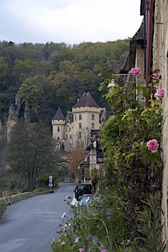 La Roque Gageac, on the banks of the Dordogne River, France