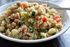 MIttags gabs bei Tofuliebe eines meiner Lieblingsgerichte, Quinoa-Salat mit Kichererbsen, Gurke und Tomaten. Lässt sich auch perfekt vorbereiten und ins Büro mitnehmen!
