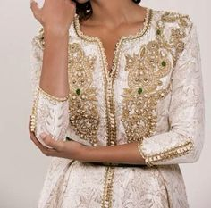 Image in Moroccan dresses collection by Frames Kaftan Moroccan, Morrocan Dress, Oriental Dress, Oriental Fashion, Arab Fashion, Indian Fashion, Estilo Abaya, Arabic Dress, Caftan Dress