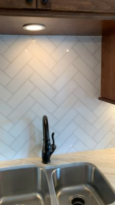 Kitchen backsplash tile is the perfect blending of functionalism and decorative artwork. Kitchen backsplash tile combines strength, durability, hygiene and […] Kitchen Design Small, Kitchen Backsplash Designs, Kitchen Design, Kitchen Renovation, Kitchen Tiles Design, Herringbone Backsplash Kitchen, Kitchen Tiles Backsplash, Modern Kitchen Tiles, Kitchen Wall Tiles